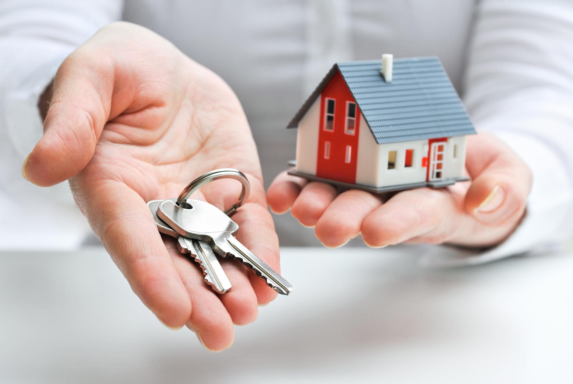 Можно ли подарить квартиру с проживанием